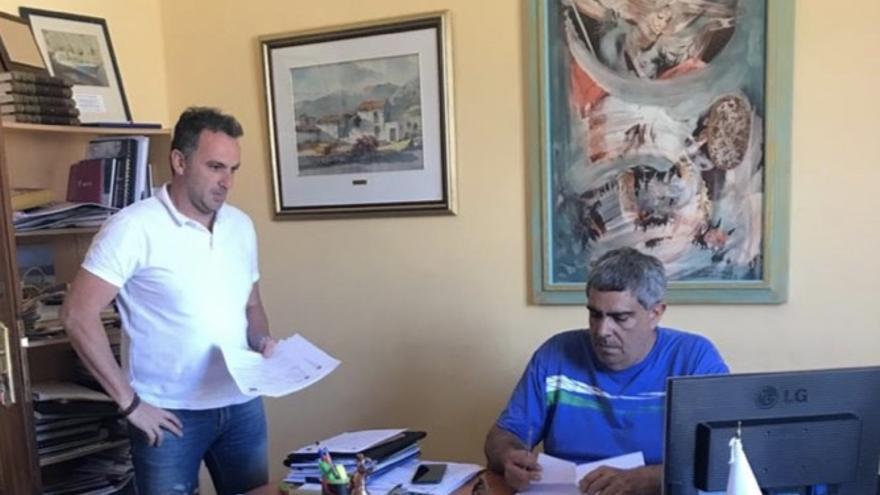 Juan Miguel Rodríguez (d), alcalde de Tazacorte. y David Ruiz, primer teniente alcalde.