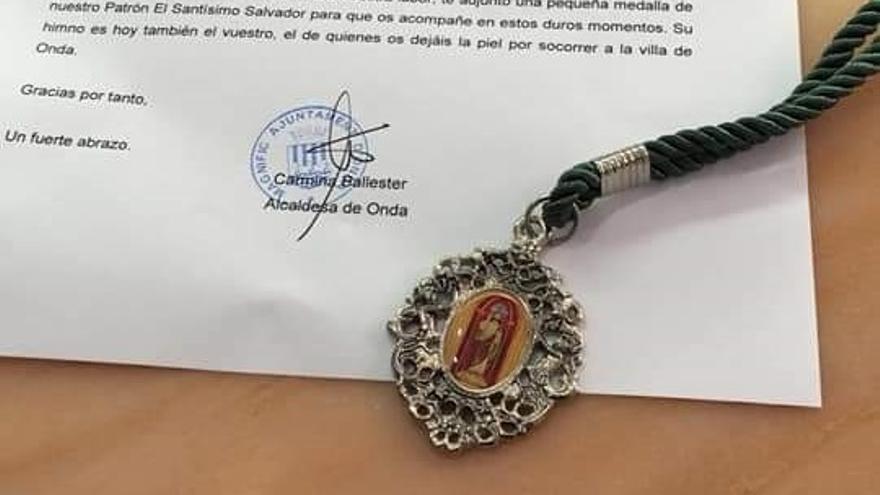 Medalla y carta que ha enviado la alcaldesa de Onda a los autónomos de la localidad