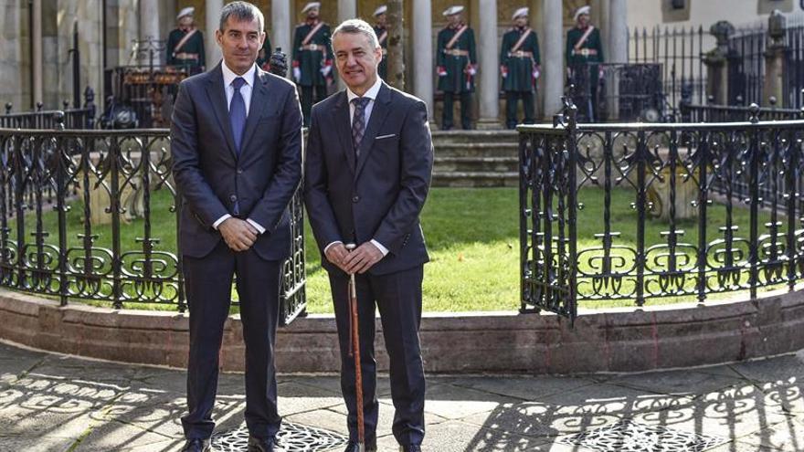 El lehendakari Iñigo Urkullu posa con Fernando Clavijo (i), presidente de la Comunidad Canaria