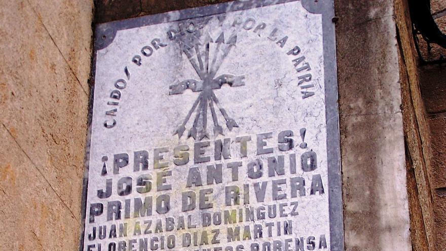 La fachada de la iglesia de la Asunción de Navaconcejo conserva un símbolo falangista con una leyenda sobre José Antonio Primo de Rivera