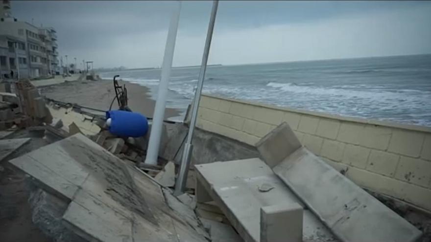 Estado en el que ha quedado el paseo marítimo de Bellreguard tras el paso de la borrasca 'Gloria'