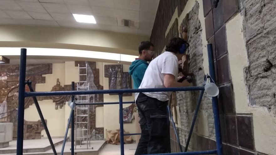 Obreros desmontando la iglesia de Cristo Rey