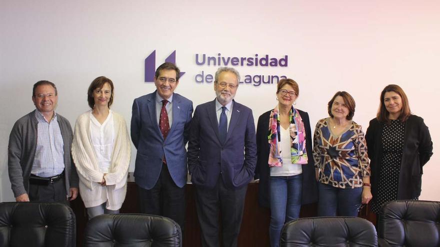 Foto de familia tras la formalización del acuerdo de donación de los fondos del profesor Sánchez Robayna a la ULL