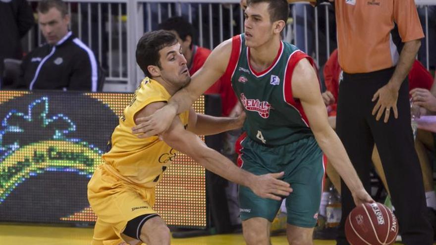 Tomás Bellas defiende a Radicevic en el encuentro entre el Herbalife Gran Canaria y el Baloncesto Sevilla. EFE/Ángel Medina G