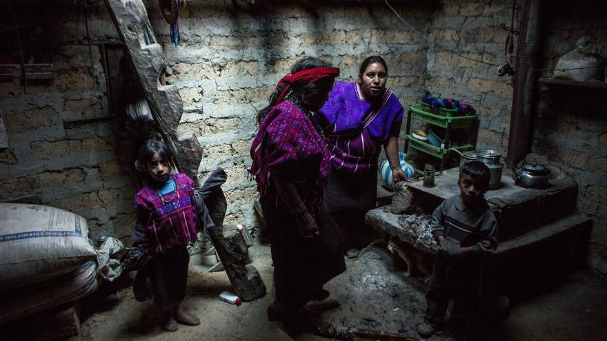 La familia de Carmen vive en una casa con paredes de barro y piso de tierra