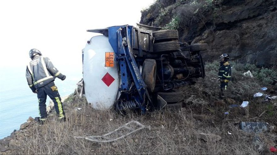 Camión de mercancías peligrosas volcado en Tacoronte