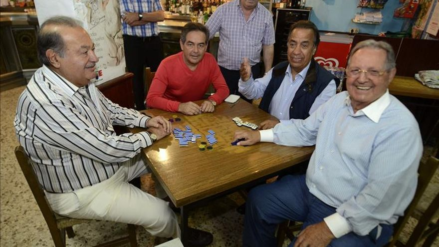 Una partida de dominó en Galicia, el agosto de Slim, el más rico del planeta
