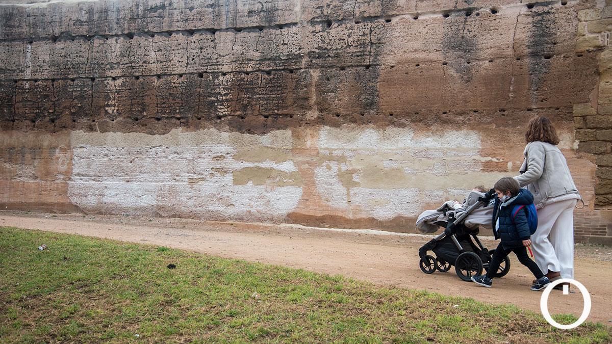 Restauración de la pintada graffiti que hicieron en la muralla del Marrubial