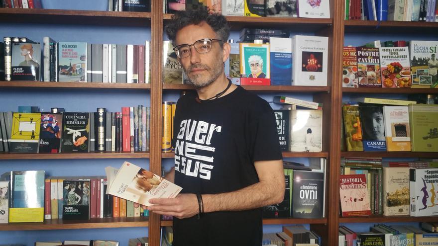Yose Fernández en la librería Trasera de Santa Cruz de La Palma.