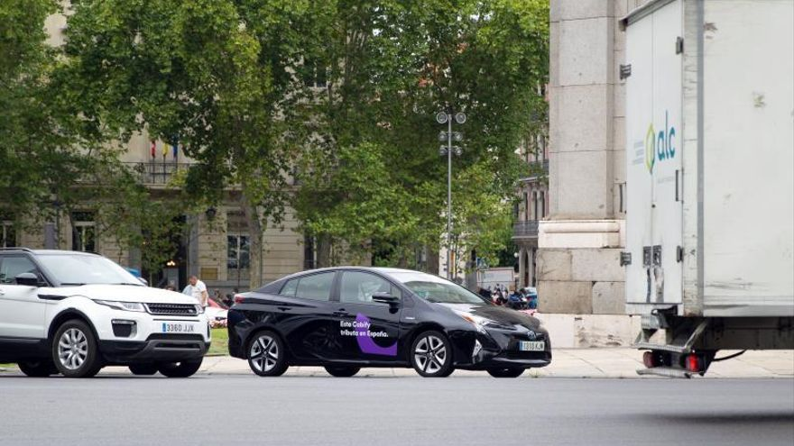 Coche VTC (vehículo de transporte con conductor) de Cabify por las calles de Madrid.