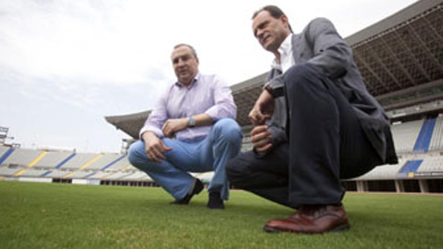 Miguel Ángel Ramírez y Óscar Hernández, este lunes, en el Estadio de Gran Canaria. (QUIQUE CURBELO / VS3-ACN PRESS)