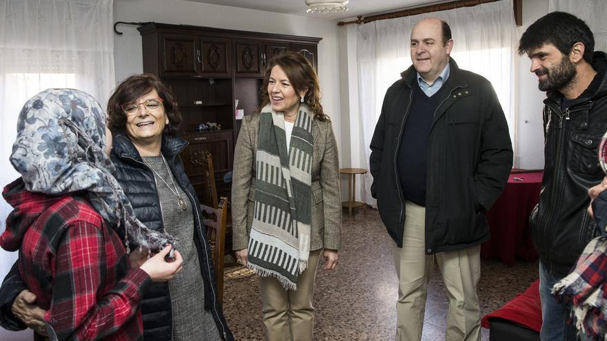 Aurelia Sánchez y Braulio Carlés con la familia de refugiados / Ignacio López (JCCM)
