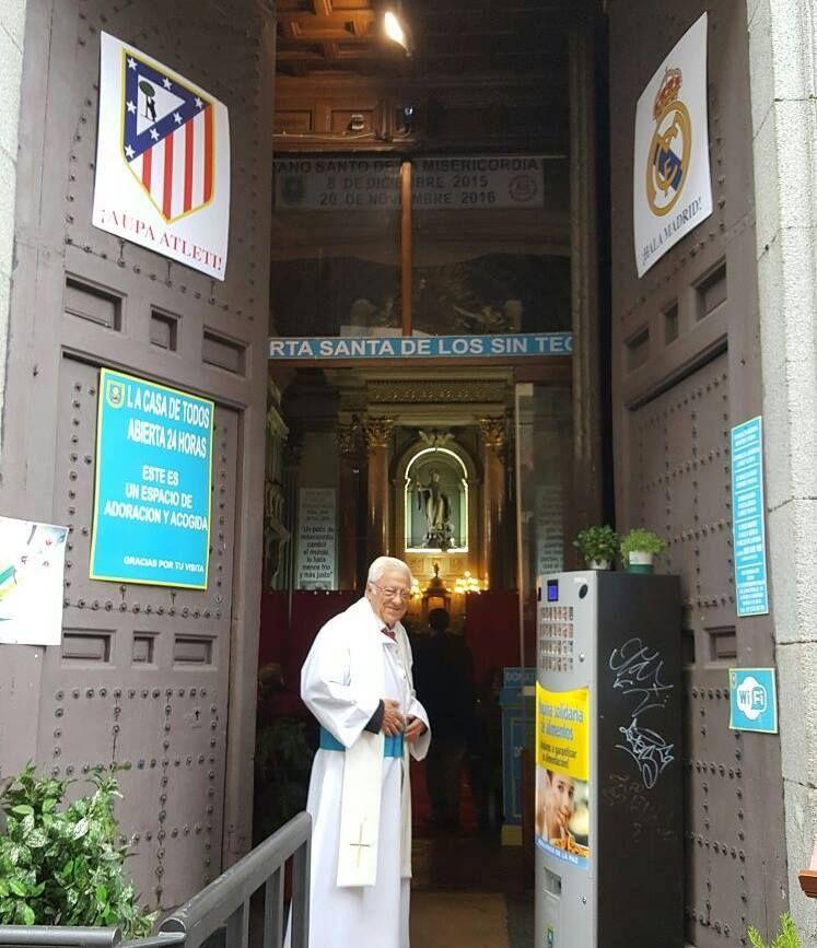 El padre ángel, en San Antón, junto a los carteles de la final de Champions