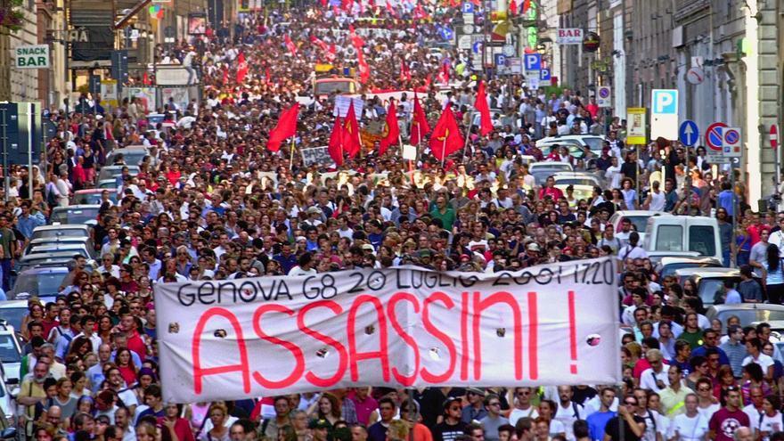 Manifestación en Roma contra la violencia policial aplicada en la cumbre del G8 en Génova, en la que falleció de un disparo un activista de 23 años, Carlo Giuliani. 24 de julio de 2001. / Pier Paolo Cito / AP