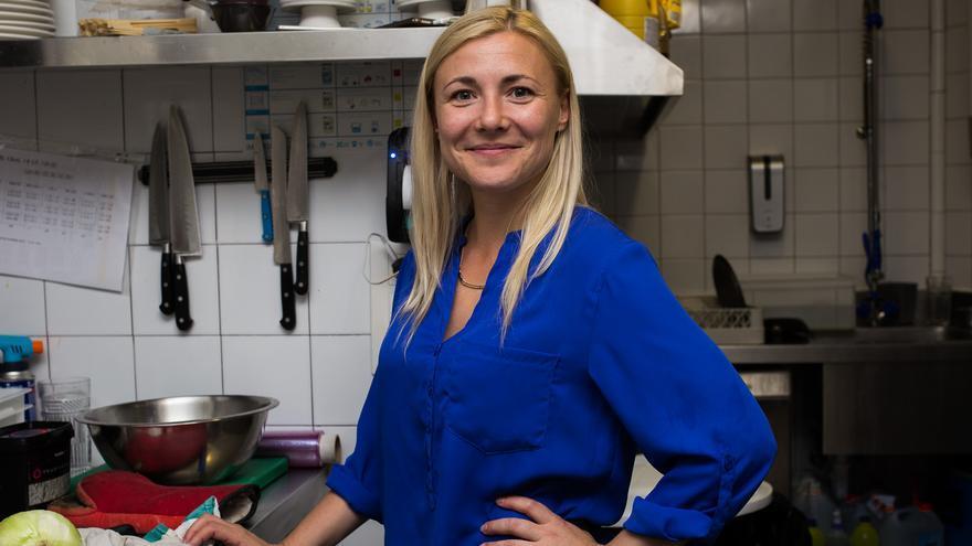 Natalia, refugiada ucraniana, en la cocina del restaurante madrileño Gigi.