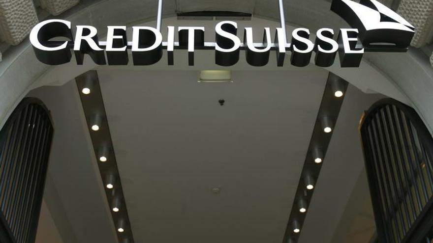 Foto de archivo de la entrada de la sede del banco suizo Credit Suisse en Zúrich (Suiza) tomada el 22 de octubre de 2009. Archivo. EPA/Steffen Schmidt