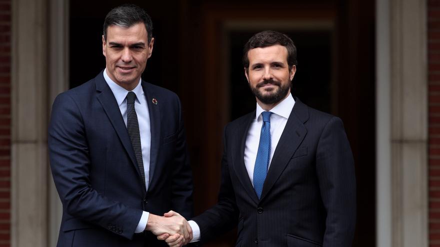 Pedro Sánchez recibe a Pablo Casado en Moncloa.
