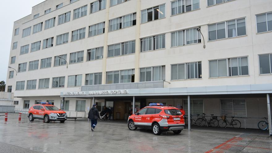 Policía Foral en la entrada de urgencias del Complejo Hospitalario de Navarra