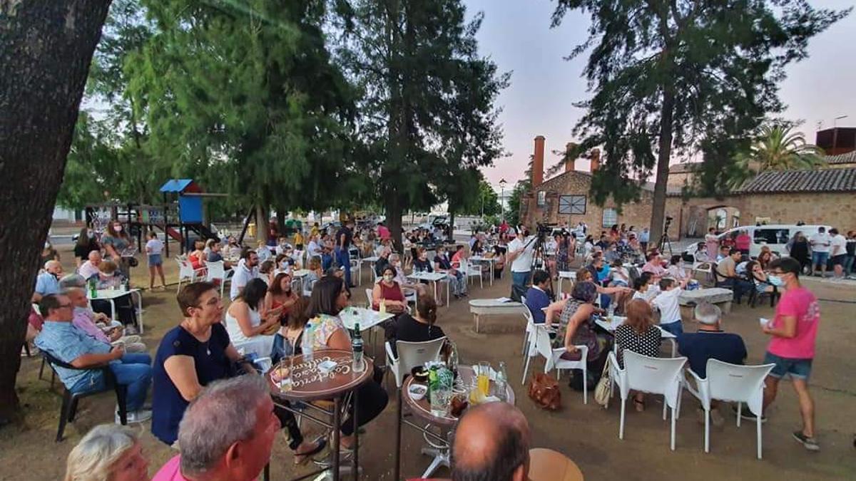 Vecinos de Villafranca de los Barros (Badajoz) en una actividad cultural celebrada a finales de junio