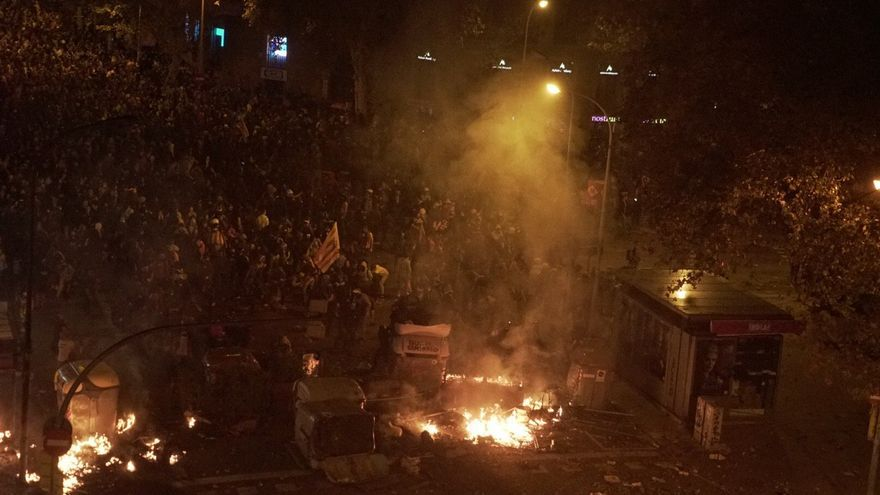 Una barricada y fuegos en las calles de Barcelona en la quinta jornada de protestas.