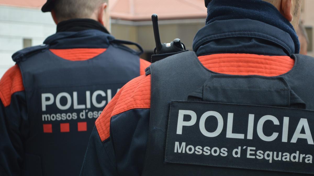Dos agents dels Mossos d'Esquadra, en una imagen de archivo.