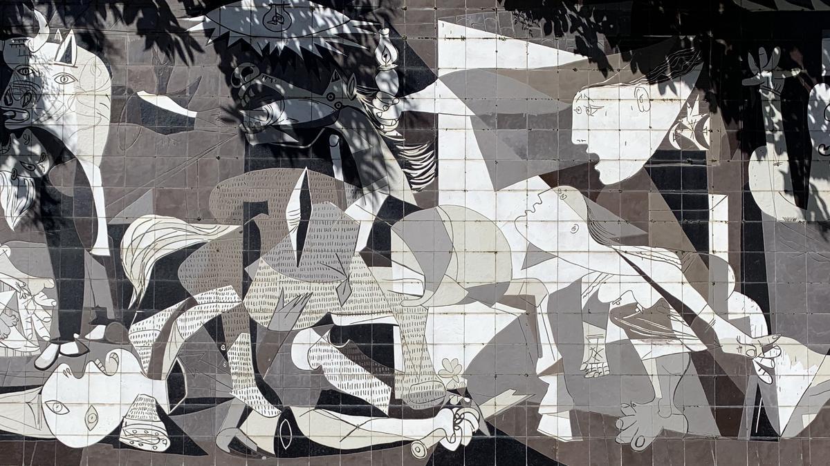 Un mural del 'Guernica', en las calles del centro de Gernika