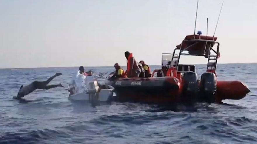 Open Arms tratando de ayudar a un barco en apuros del que se encargó Túnez.