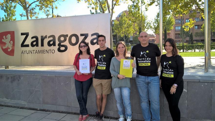 Los miembros de PACMA presentaron su propuesta en el Consistorio de la capital aragonesa.