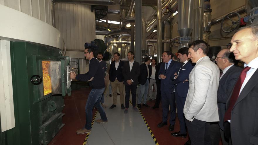 Un operario abre la caldera de biomasa durante la presentación de la ampliación de la red al Hospital Clínico de Valladolid