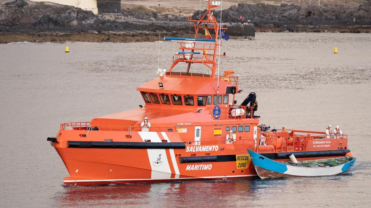 El buque de Salvamento Marítimo Salvamar Talía a su llegada al muelle de Los Cristianos, en el sur de Tenerife, remolcando un cayuco. EFE/ Ramón De La Rocha/Archivo