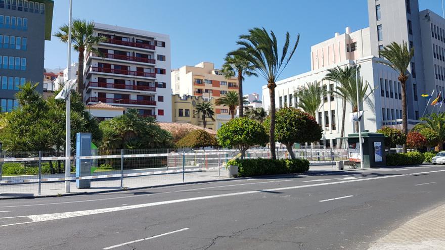 Tramo  vallado de la acera de la Avenida Marítima de la Cabildo donde han comenzado las obras de remodelación de la vía.