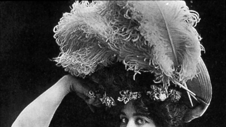 La trapecista norteamericana Laverie Vallee alias Charmion. Fotografía en blanco y negro a partir de un negativo de vidrio, (1903-1906)