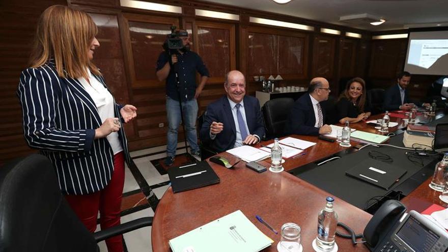 Los consejeros del Gobierno de Canarias de Medio Ambiente, Nieves Lady Barreto (i); de Economía, Pedro Ortega (2i); de Empleo, Cristina Valido (2d), y de Turismo, Isaac Castellano (d), durante una reunión del consejo de gobierno