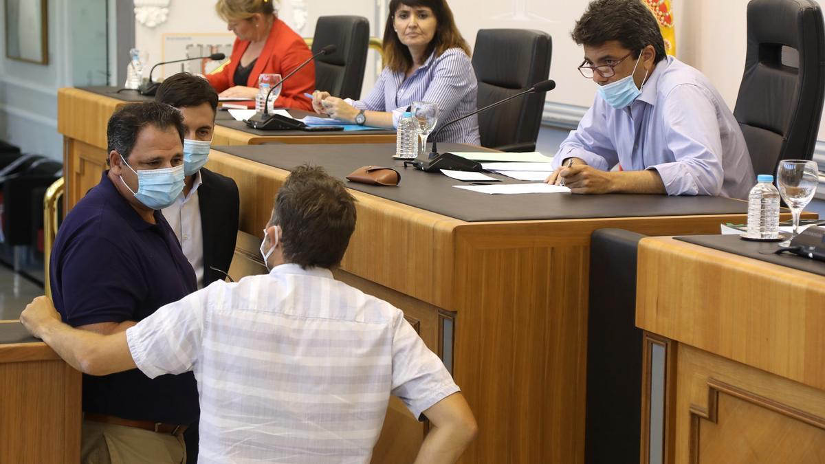 Carlos Mazón presideix un ple de la Diputació d'Alacant.