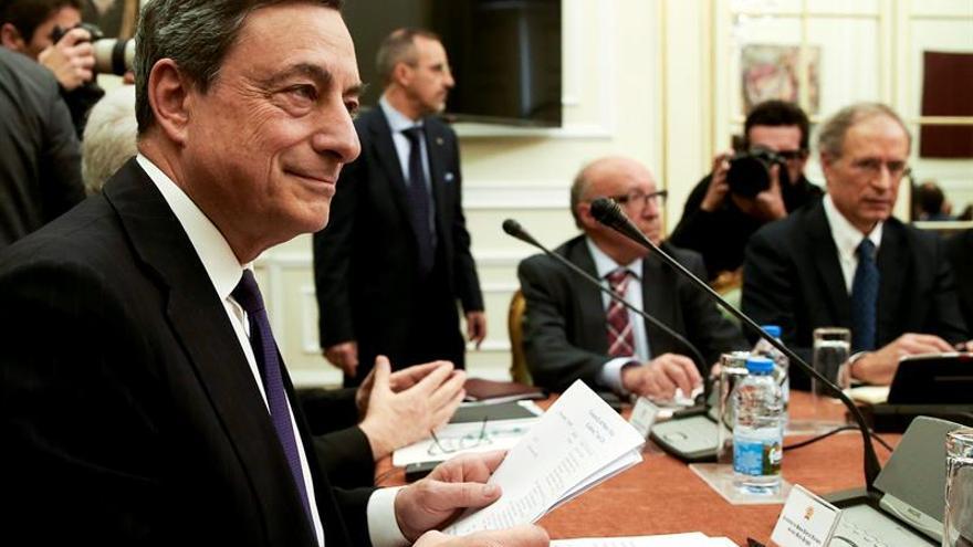 """Draghi dice que el BCE mantendrá una """"cantidad muy sustancial de apoyo monetario"""""""