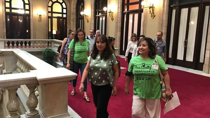 La asociación Las Kellys Barcelona en el Parlament junto a la diputada de Catalunya en Comú