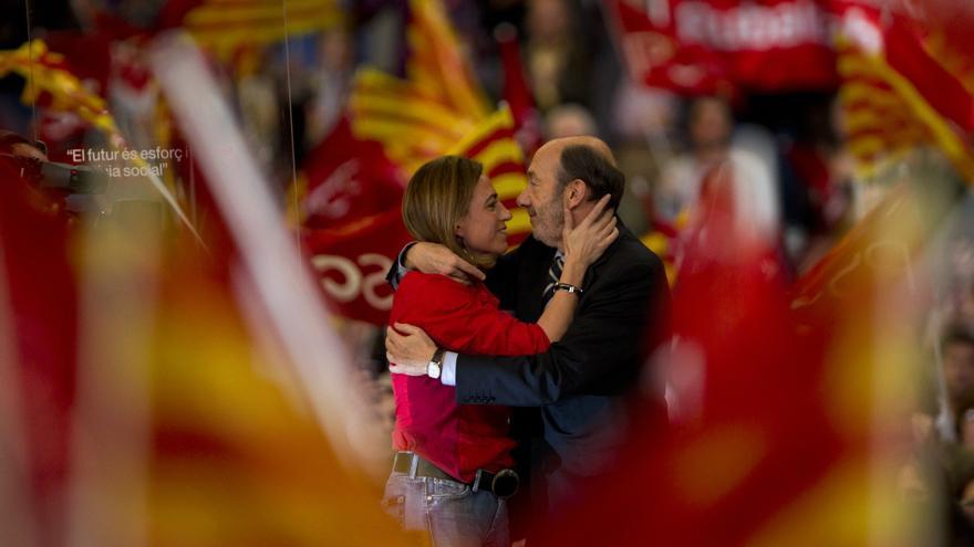 El secretario general del PSOE, Alfredo Pérez Rubalcaba, y Carme Chacón, en un mitin en Barcelona. / AP / Gtresonline