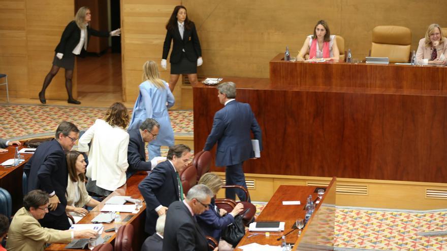 Cifuentes, su gobierno y el PP abandonan el pleno de la Asamblea.