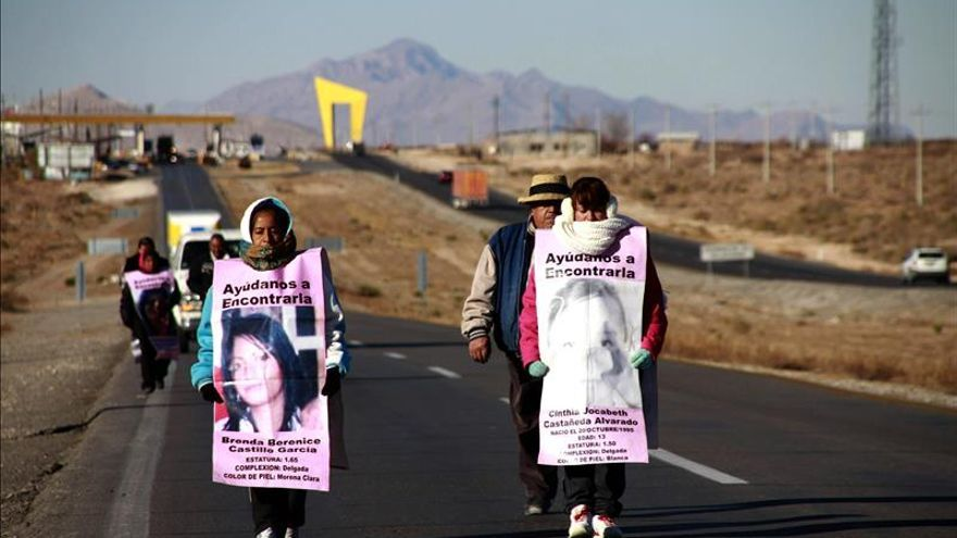 Imagen de archivo: Madres de mujeres desaparecidas en Ciudad Juárez, México, muestran pancartas con los nombres de sus familiares desaparecidas, durante una marcha de 370 kilómetros para exigir que les sean entregados los restos de jóvenes.