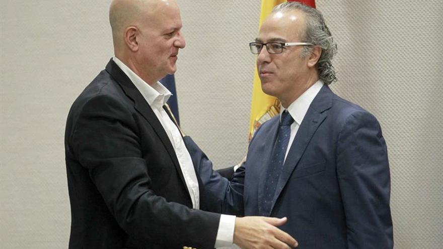 El consejero de Sanidad del Gobierno de Canarias, Jesús Morera (d), conversa con el diputado de CC, José Manuel Pitti. (Efe/Cristóbal García).