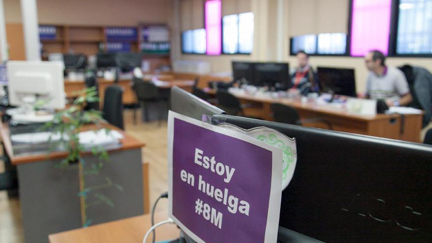 Plaza de trabajo con un cartel que indica el motivo de la ausencia, en la ULL