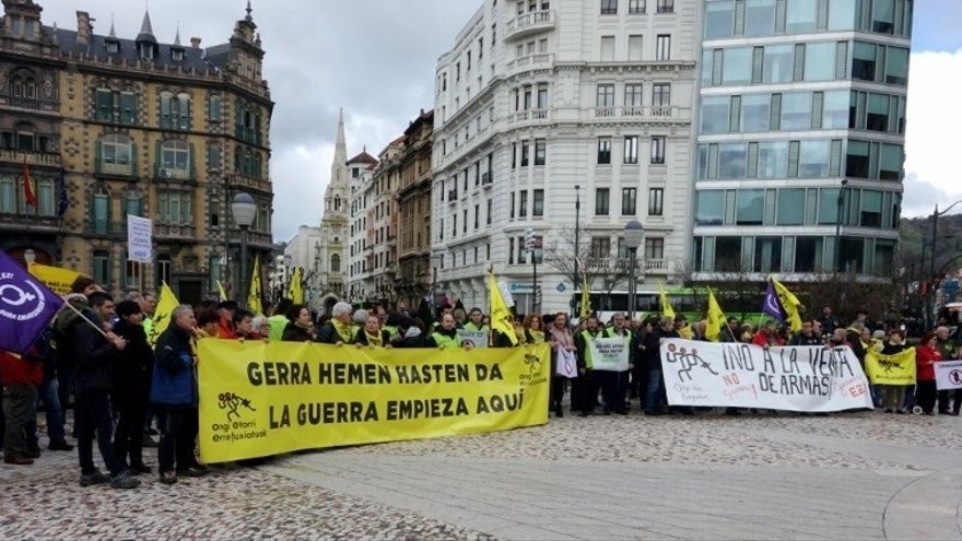 Ongi Etorri Errefuxiatuak se concentra para denunciar la venta de armas a Arabia Saudi desde el Puerto de Bilbao