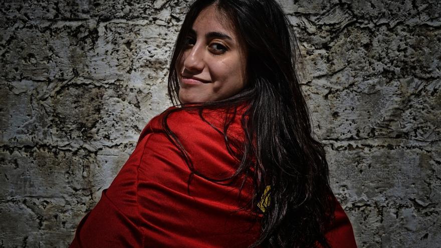 """Wafae de 28 años es traductora: """"Las acciones de las mujeres de Gaza hablan por sí solas. No necesitamos palabras, pero en lugar de decir que la situación en Gaza es complicada o difícil prefiero decir que es un desafío, pero aún podemos apañárnoslas para estudiar y poder conseguir un trabajo. Nos hace ser flexibles y muy fuertes. Tenemos esperanzas y espero que podamos hacer llegar al mundo nuestro mensaje de que estamos aquí, de que existimos y de que merecemos vivir… para poder cambiar la imagen, no diría mala, pero sí muy arraigada que la gente tiene de nosotros en otros lugares del planeta"""".  Fotografía: Ovidiu Tataru."""