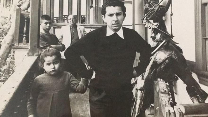 Reynaldo Naranjo y su hija Roxana en Casa de Delfín, noviembre de 1968. Ahora ella tiene 54 años y lo acusa de violación sexual / Archivo Roxana Naranjo.