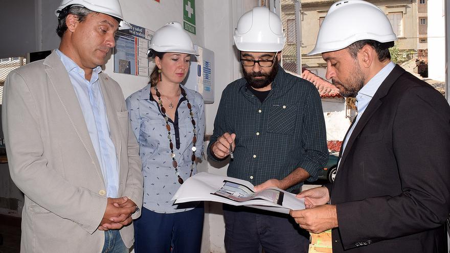 Visita del alcalde a la futura Casa de la Juventud de Santa Cruz