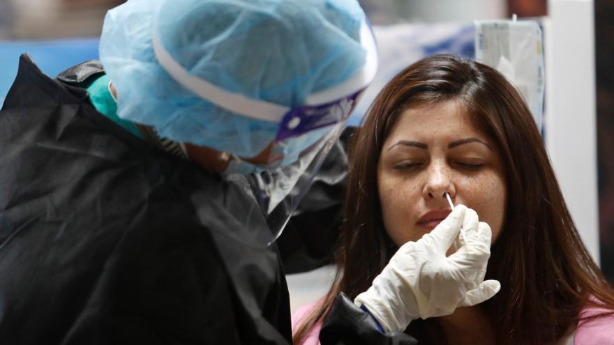Los casos activos de coronavirus en Galicia bajan por primera vez en un mes mientras la presión hospitalaria sigue al alza