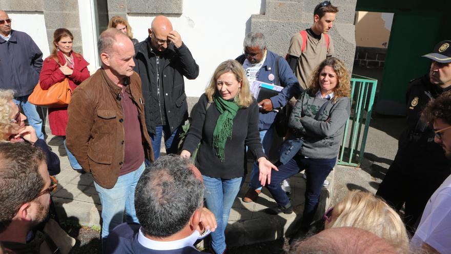 La jueza de control del CIE de Gran Canaria, Victoria Rosell junto a diferentes miembros de la política de Canarias y voluntarios ante la puerta del CIE. (ALEJANDRO RAMOS)