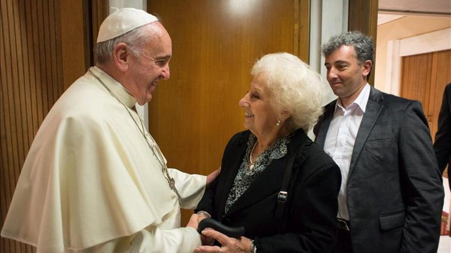La presidenta de las Abuelas de Plaza de Mayo y su nieto recuperado, ante el Papa