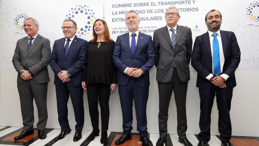 Los dirigentes de las regiones afectadas -Canarias, Baleares, Ceuta y Melilla- por la subida de los billetes aéreos en la cumbre celebrada en Gran Canaria.