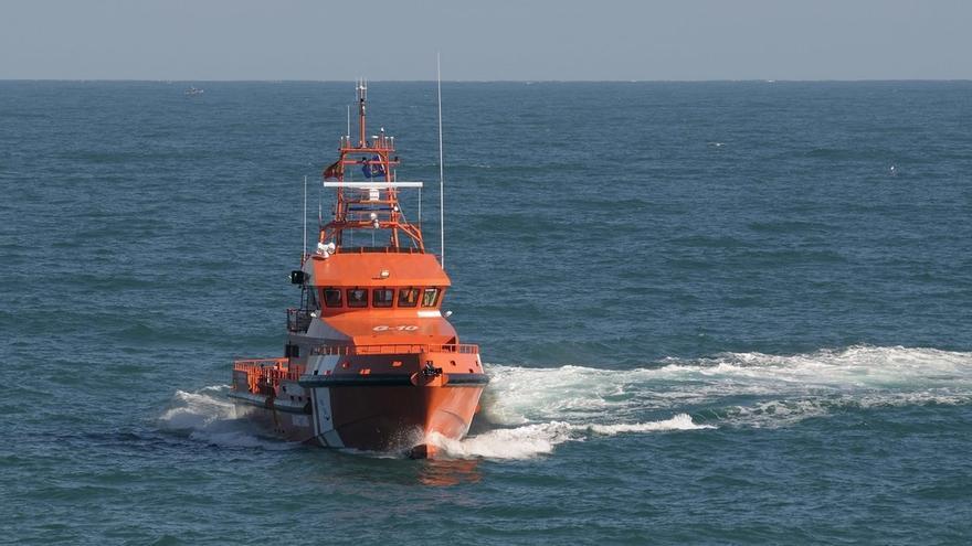 Rescatadas 103 personas entre las que figuran 55 menores de cuatro pateras en aguas del Estrecho